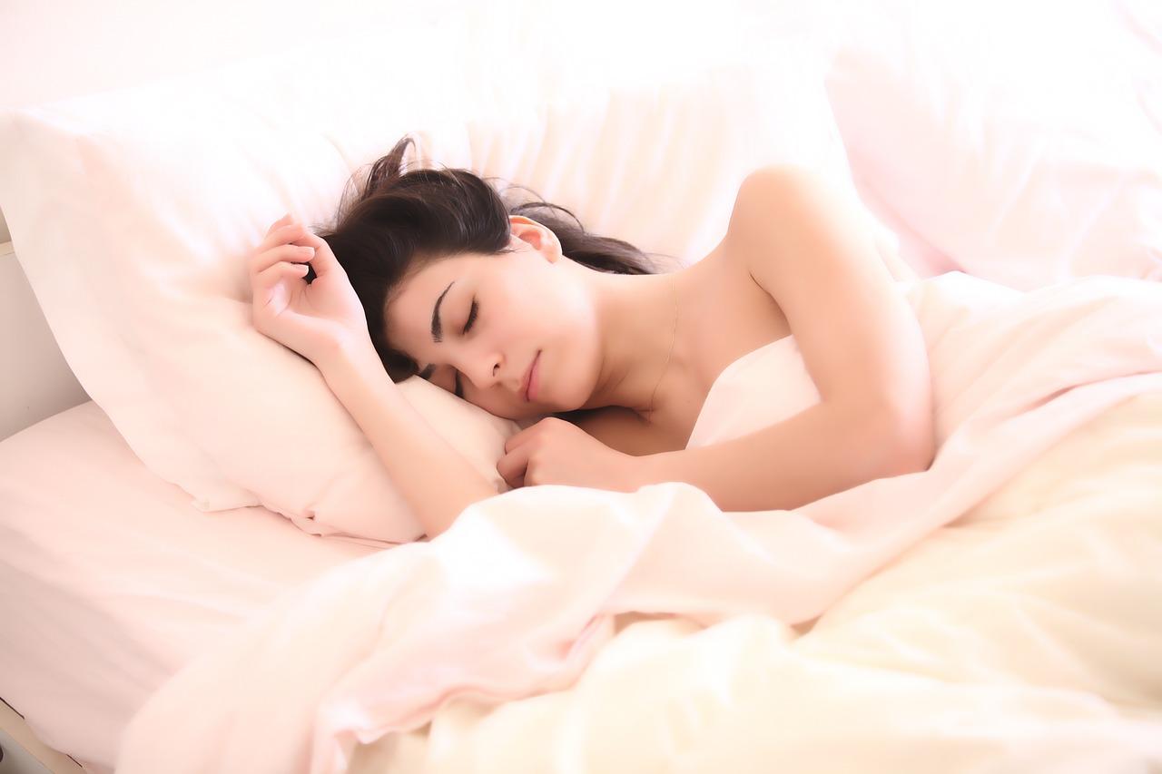 1分間で眠りにつく呼吸方法